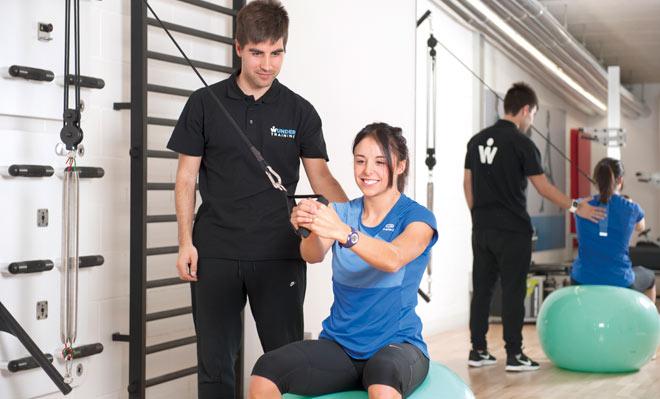 Entrenamiento funcional con polea y pelota de pilates en Wunder Training